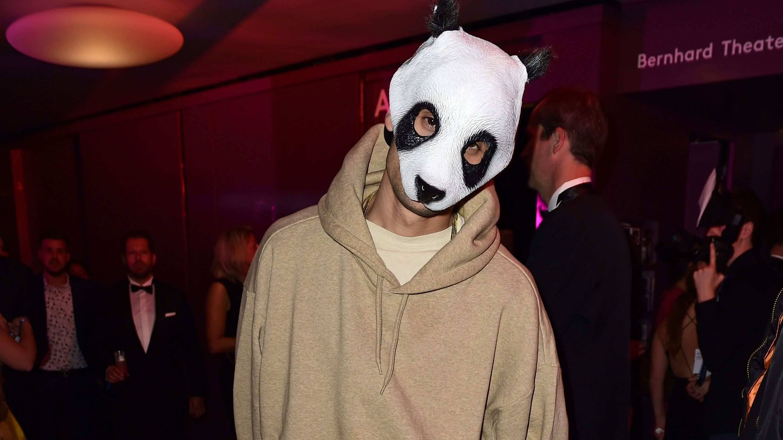 Sensation Rapper Cro Zeigt Sich Ohne Maske Mit Bildern